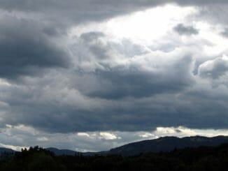 af01ca9b2b83feab5a47cb33382ddb07 326x245 - Náhlé změny počasí dokáží s námi zamávat