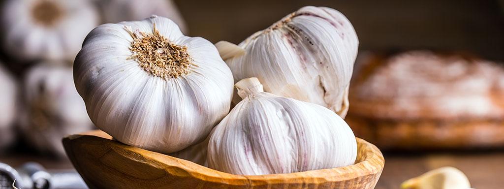 Česnek pomáhá proti virózám a nachlazení.