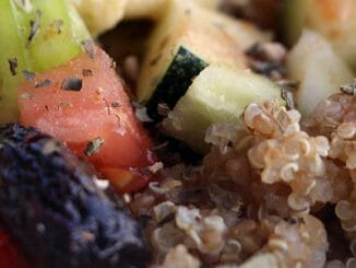 983f9b0db623c72d26968615c30cf0bc 326x245 - Quinoa se zeleninou, olivami a hummusem