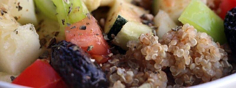 983f9b0db623c72d26968615c30cf0bc - Quinoa se zeleninou, olivami a hummusem