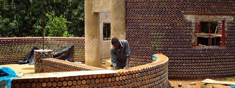 17e0af936371f9b079ef465a9f55038b - Z plastových lahví se staví ekologické domy