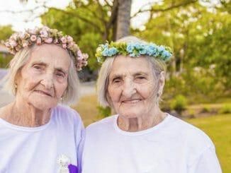 ce34e9f93e56890ff656f94990e51e92 326x245 - Dvojčata oslavila svých 100 let jako za mlada