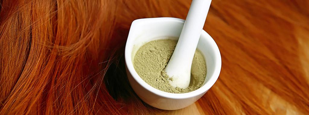 Henna je přírodní a neničí vlasy jako amoniak.