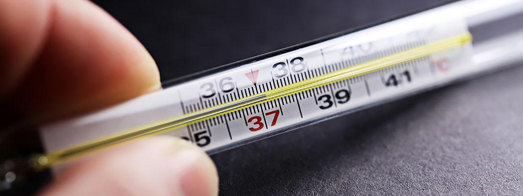 Jak snížit teplotu bezpečně bez léků.