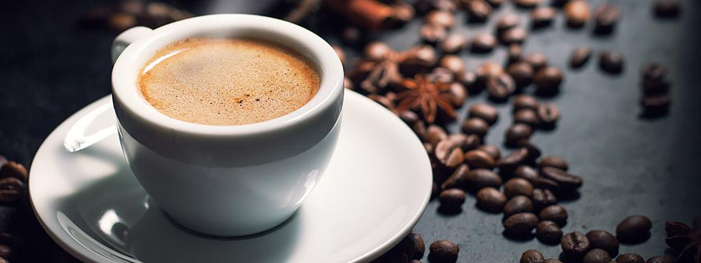 Pití kávy může stimulovat spalování tuků.