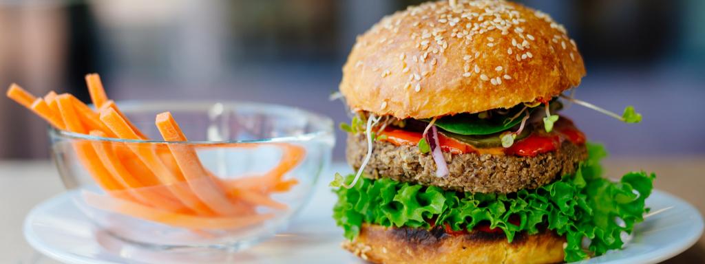 Rostlinný hamburger si můžete udělat i doma.