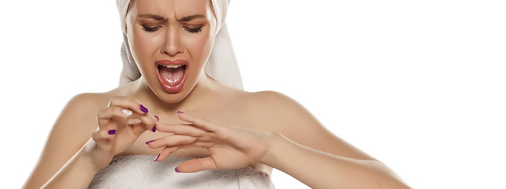 Lámání nehtů ukazuje na nedostatek vitaminů a minerálů.