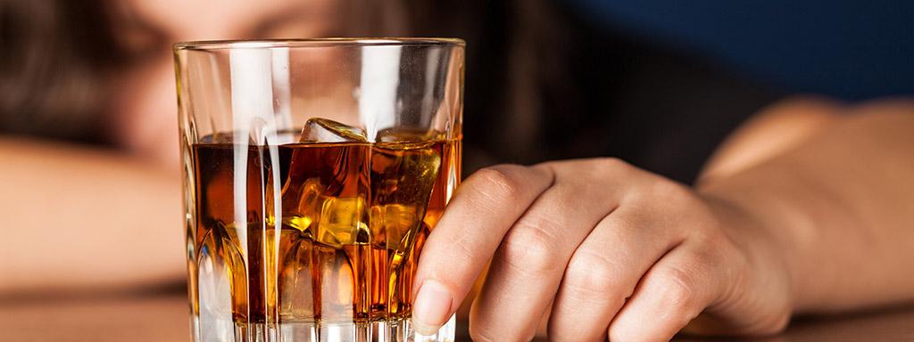 Denní konzumace alkoholu urychluje stárnutí mozku.